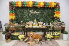 Veja uma galeria completa de decoração de festa infantil com tema safári. Fotos por Ipê Caramelo Fotografia