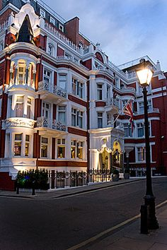 3 years ago I stayed in this beautiful hotel in London. I would do almost anything to be back there.