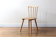 Le stye scandinave est inimitable. Lignes simples, design efficace, cette chaise vintage pour enfant ce suffit à elle même. Dans le style deIlmari Tapiovaara, designer finlandais du 20éme siècle, cette chaise est dans un état impéccable. L'assise est en contreplaqué de hêtre et les barreaux massifs. Hauteur d'assise 32cm, hauteur 62cm, largeur 38cm.