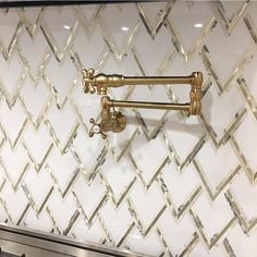 Some late night tile bling from this kitchen backsplash by featuring the VZAG by for Tilebar ? Kitchen Flooring, Kitchen Backsplash, Black Backsplash, Kitchen Island, Gold Kitchen, Reno, Elegant Homes, Kitchen Interior, Kitchen Design