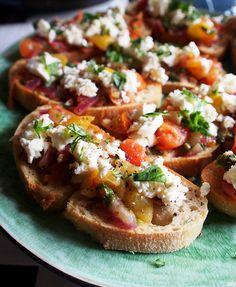 Bruschetta on Italiasta tuleva paahdettu leipä, jota tarjoillaan yleensä alkupalana. Leivälle ominaista on juurikin sen rapeus ja yksinkert...