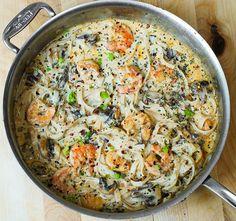 Dit recept beschrijft hoe je een romige pasta maakt met scampi's en champignons.