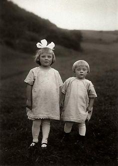 August Sander  Farm Children, c. 1928 © SK-Stiftung Kultur – August Sander Archiv VG-Bild Kunst, Bonn