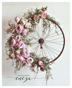Bicycle Wheel Wreath-I so love the design if this wreath. Old tire frame just ma., Bicycle Wheel Wreath-I so love the design if this wreath. Old tire frame just ma. Bicycle Wheel Wreath-I so love the design if this wreath. Old tire. Decoration Shabby, Deco Champetre, Diy And Crafts, Arts And Crafts, Fleurs Diy, Old Tires, Deco Floral, Home And Deco, Diy Wreath