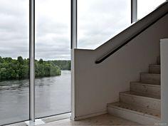 Treppe mit Aussicht - http://smg-treppen.de/treppe-mit-aussicht-2/ Warum werden Treppen immer hinter Mauern versteckt? Ein Grund mag sein, dass Fenster hinter den Treppenläufen sich eigentlich nicht öffnen lassen und somit auch schlechter gereinigt werden können. Aber im Fenstern im Treppenhaus kann man so viel erreichen – Licht, Transparenz oder die Ve...