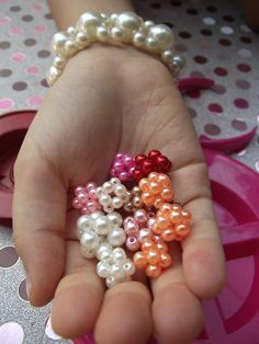 DIY: Como Fazer Lindas Bolinhas De Pérolas - Muito Fácil De Fazer (pearl ball) Diy Jewelry Tutorials, Beading Tutorials, Beading Patterns, Jewelry Crafts, Beaded Napkin Rings, Bead Loom Bracelets, Make Your Own Jewelry, Bead Crochet, Loom Beading