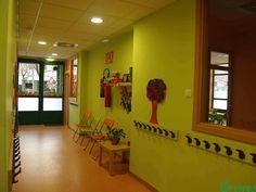 Pasillo de acceso a la aulas con espacio para recepción y atención de clientes.