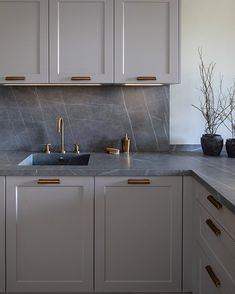 aspiredesignandhome Gray porcelain countertops with white veins and brass fixtur… - Arbeitsflächen Gray Kitchen Countertops, Kitchen Cabinets Grey And White, Porcelain Countertops, Light Grey Kitchens, Kitchen White, Brown Cabinets, Gray Quartz Countertops, Gray Granite, Espresso Kitchen