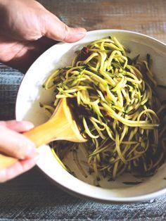 生でいただくズッキーニはみずみずしく、食感と風味がさわやか! 『ELLE a table』はおしゃれで簡単なレシピが満載!