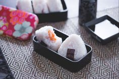 Gli onigiri sono graziose polpette di riso a forma triangolare farcite con vari ripieni e decorate con alga nori, la tipica pausa pranzo giapponese!