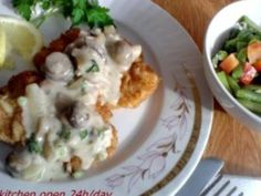 Snitel crocant cu sos de ciuperci Potato Salad, Potatoes, Meat, Chicken, Breakfast, Ethnic Recipes, Food, Morning Coffee, Potato