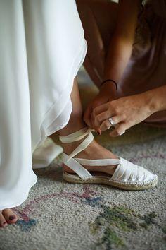 La boda de Inés y Jaime en Ávila I ©Pablo Gómez-Ogando e Iciar J Carrasco Bride Shoes, Wedding Shoes, Wedding Bride, Wedding Dresses, Wedding Ideas, Spanish Espadrilles, Ballet Shoes, Dance Shoes, Castaner Espadrilles