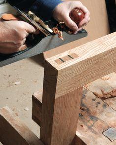 La mortaise du wari-kusabi est creusée à partir d'une largeur de ciseau, en la démarrant de chaque extrémité. Les deux cales sont insérées dans des fentes pratiquées dans le tenon, puis elles sont arasées au rabot.