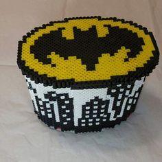 Se trata de una caja de joyería decorativa Batman con una bandeja extraíble. Es elaborado con granos de policía pero es bastante fuerte y no se romperá fácilmente. Mide aproximadamente 3 × 4× 5