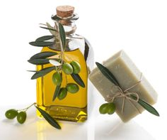 How To Make Homemade Soap With Olive Oil and Aloe Vera. Cosmetic products made from olive oil provide nutrition and softness to the skin as well as antioxidant, protective and soothing. Olives, Homemade Reed Diffuser, Olive Oil Soap, Natural Exfoliant, Perfume, Natural Honey, Homemade Facials, How To Make Homemade, Home Made Soap