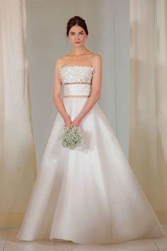 05f0a8486a6 Letošní hitem ve svatebních šatech jsou rozhodně našívané 3D kytičky.  Ohromující Svatební Šaty