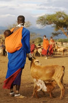 Maasai goat herder- mamas carry their babies on her back. Out Of Africa, East Africa, We Are The World, People Around The World, African Safari, African Art, Kenya, Expo Milano 2015, Folk
