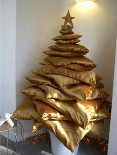 sapin de Noël composé de coussins dorés