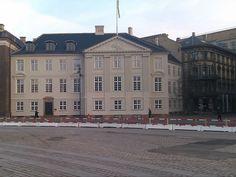Harsdorffs Hus, Kongens Nytorv 3-5. Gennem sin karriere blev arkitekten Caspar Frederik Harsdorff stedse stærkere knyttet til Kongens Nytorv. Allerede 1766 udnævntes han til professor i perspektiv ved Kunstakademiet, 1770 overtog han Jardins stilling, hofbygmester, og året senere også hans bolig på Charlottenborg . Og ombygningen af Det kgl. Teater. I 1777 fik en chance for også at bygge sit eget standsmæssige hus ud til torvet. http://www.kobenhavnshistorie.dk/bog/kko/h/kko_h-3.html