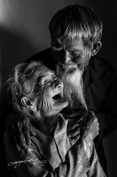Le Van Se years old) and his wife, Ms. Nguyen Thi Loi years old) live in Hoi An Vietnam. Face Photography, Couple Photography, Soul Friend, Old Faces, Broken Leg, Surreal Photos, Foto Art, Human Emotions, Jolie Photo