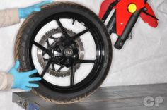 How to remove the front wheel on the Kawasaki ninja Kawasaki Ninja 250r, Repair Manuals
