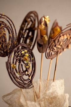 "Iced Chocolate Lollies with instructions. Use ""How to make chocolate chips"" recipe on this board. Chocolate Garnishes, Chocolate Lollipops, Chocolate Swirl, Chocolate Sticks, Chocolate Dipped Fruit, Chocolate Shop, Christmas Chocolate, Cake Designs, Food Art"