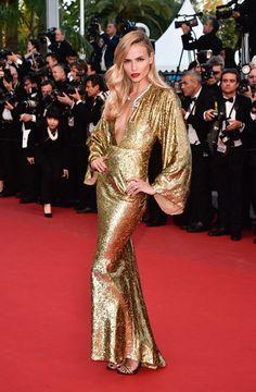 Natasha Poly en el Festival de Cannes 2015 con vestido dorado de Michael Kors.