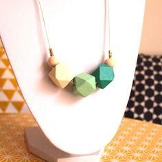 Sautoir graphique perles en bois géométriques dégradé de vert, vert d'eau pastel et vert très pâle sur cordon