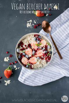 Vegan bircher muesli, het ideale mealprep ontbijt! Dit vullende vegan ontbijt heb je binnen no time gemaakt, en doordat je meer porties maakt ben je gelijk voor de hele week klaar.