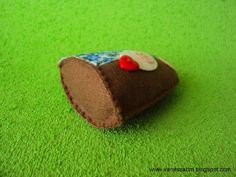 Um mini Presépio em feltro muito fofo e fácil de fazer! A apostila tem passo a passo (escrito) e moldes em tamanho natural para você imprimir. by Vanessa Biali