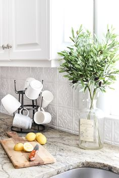 Farmhouse DIY Kitchen Accessories That Joanna Gaines Would Approve Of! All of th… Farmhouse DIY Kitchen Accessories That Joanna Gaines Would Approve Of! All of these fabulous accessories can be made by you with these great tutorials! Home Staging, Diy Kitchen Accessories, House Accessories, Cuisines Diy, Kitchen Redo, Kitchen Ideas, Maple Kitchen, Kitchen Makeovers, Cheap Kitchen