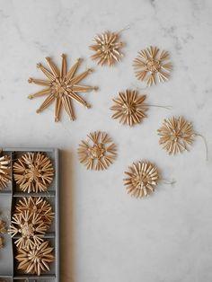 Natural Christmas Ornaments, Scandinavian Christmas Ornaments, Nordic Christmas, Christmas Books, Swedish Christmas Decorations, Minimal Christmas, Simple Christmas, Christmas Diy, Merry Christmas