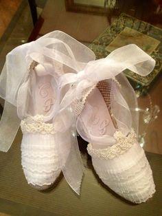 ALPARGATAS NOVIA. LACESTITA DE GEMA -  En esta página os presento mís alpargatas de novia, comunión, arras y fiesta. Espero que os gusten. Estan creadas con todo  elcariño y cuidado que requiere un día tan especial. Todas tienen el encanto y la personalidad de quien las luce y espero que cada u... Ballet Shoes, Dance Shoes, Wedding Flats, Shoe Boots, Espadrilles, Sneakers, Womens Fashion, Crafts, Closet