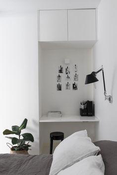 Kun tilat ovat rajalliset, täytyy olla kekseliäs. Makuuhuoneen syvänne on hyödynnetty kätevästi sijoittamalla sinne pieni ja tyylikäs työpiste.
