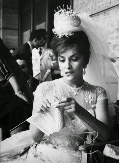 10 Beautiful Old Pictures Of Famous Female Knitters… Gina Lollobrigida Gina Lollobrigida, Knitting Humor, Knitting Projects, Knitting Patterns, Knitting Club, Knitting Kits, Blanket Patterns, Knitting Needles, Tricot D'art