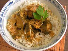 Ingrédients pour 6 personnes:       1 kg de sauté de porc    2 oignons    4 gousses d'ail    1 c à soupe d'huile    1 c...