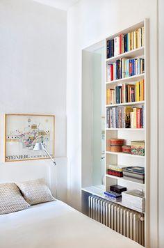 Dormitorio con estantería a medida / Salón con baldosa de terracota / Cambio radical con mobiliario integrado #hogarhabitissimo #organic