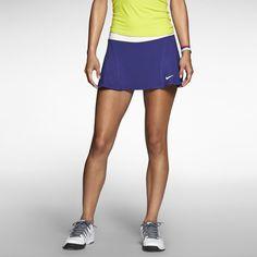 La tela stretch de la falda Nike Flouncy Knit te hará sentir libre en la cancha de tenis. Su tela ligera ademas de ser stretch tiene tecnología DriFIT que aleja el sudor de tu cuerpo y protección UV que bloquea los dañinos rayos solares. Su diseño contiene shorts internos para mayor protección y seguridad en el juego.