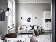 Who says you can't have it all in 29 metres square (312 feet square)? This beautiful studio / one room apartment in a building from 1880 in Gothenburg, Sweden has made maximum use of high ceilings to