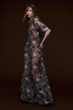 With a black on black on black colour scheme, The Vera Wang pre-fall 2015 collection reflected the darker mood the iconic designer was in, with an almost all black Haute Couture Style, Couture Mode, Couture Fashion, Runway Fashion, High Fashion, Womens Fashion, Vera Wang, Catwalks, Fashion Photo