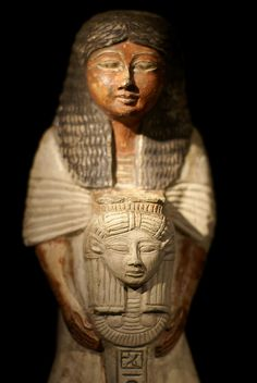 Statuette eines Priesters mit Hathorsymbol (statuette of a priest with Hathor symbol) | Flickr: Intercambio de fotos