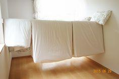 家事が楽になる!省スペースな布団干しをDIY - 子どもとの時間を楽しむ 収納 Diy, Diy Crafts, Housekeeping, Bed Pillows, Household, Home Hacks, Pillow Cases, Laundry, Cleaning