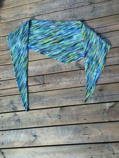 A very easy-to-knit asymmetric triangular wool handkerchief, which is … - Easy Yarn Crafts Easy Yarn Crafts, Ravelry, Textiles, Knitted Shawls, Knitted Scarves, Hats For Women, Knitting Patterns, Knit Crochet, Things To Sell