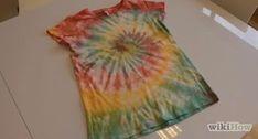 Comment faire un batik tie‑dye Tie Dye Steps, How To Tie Dye, How To Dye Fabric, How To Dye Polyester, Diy Tie Dye Shirts, Tie Dye Shorts, Shibori, Amor, Children