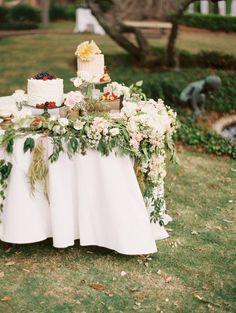 To see more amazing wedding cakes: http://www.modwedding.com/2014/11/01/utterly-speechless-romantic-wedding-cakes/ #wedding #weddings #wedding_cake Cake: Sweet n Flour