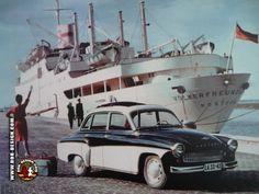 Wartburg 311 - DDR-DESIGN | Made in GDR |  Werbebild des Wartburg 311 vor dem Schiff Völkerfreundschaft.