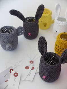 Pot en verre recouvert d'animaux en crochet