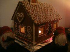 Metsämökin ikkunassa loistaa valo. - by Heidi -- Piparkakkutalo, Joulu, Gingerbread house, Christmas
