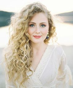 Celebrities Inspired Long Hairstyles - Do Try Them to Inspire Others   The Pro Styles Blonde Curly Hair, Curly Hair With Bangs, Short Curly Hair, Curly Girl, Medium Curly, Bride With Short Hair, Long Curly Bridal Hair, Short Curls, Blonde Wig