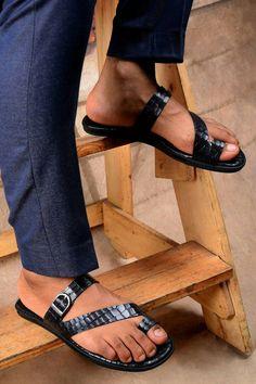 Leather Slippers For Men, Mens Slippers, Toe Loop Sandals, Men Sandals, Summer Sandals, Male Fashion Trends, Emo Fashion, Beautiful Sandals, Fashion Sandals